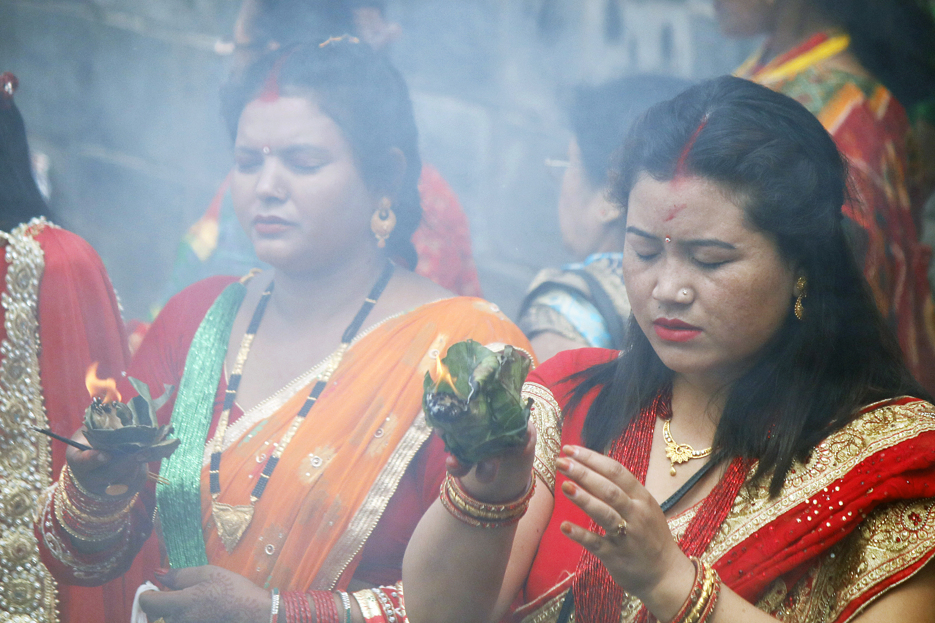 hindu single women in mark In hinduism, the tilaka (sanskrit: तिलक) is a mark worn usually on the forehead,  sometimes  it consists of three horizontal bands across the forehead with a  single vertical band or circle in the middle this is  they draw one vertical line  or dot (not to be confused with bindi used by indian women from different  religions.